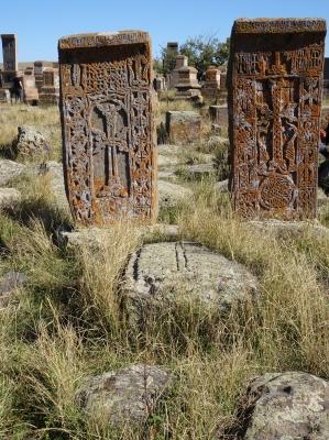 Der Friedhof von Noradus bietet eine bunte Mischung von Kreuzsteinen verschiedener Epochen.