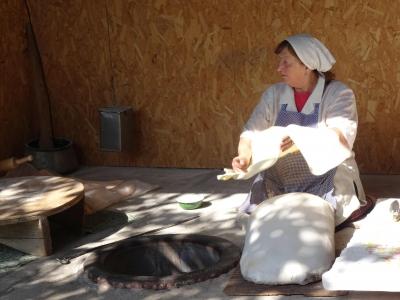 So wird das armenische Fladenbrot, Lavasch, hergestellt.