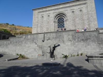Handschriftensammlung Matenadaran, mit dem Denkmal für den Erfinder der armenischen Schrift.