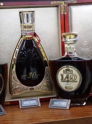 Ein wichtiger Exportartikel, der Cognac Ararat. Diese Editionen verkneifen wir uns aber... Zum Umrechnen: 500 Dram sind etwa ein Euro.