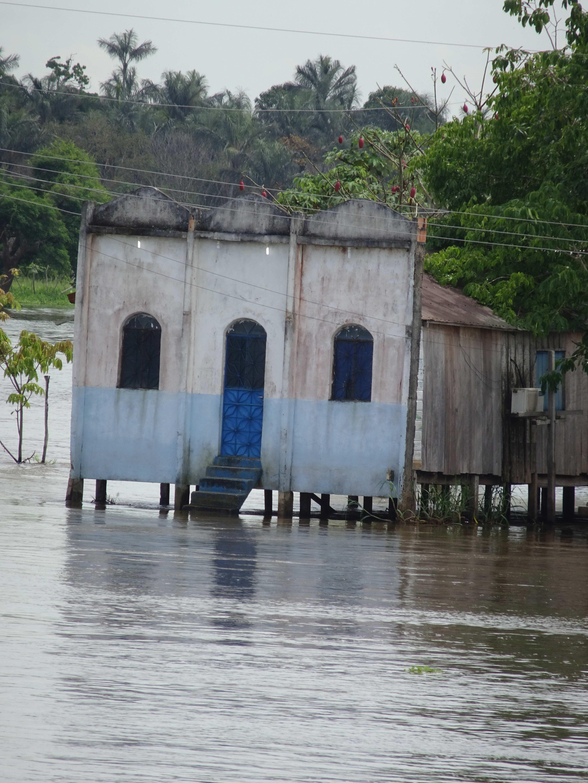 Eine Dorfkirche, nur per Boot erreichbar.