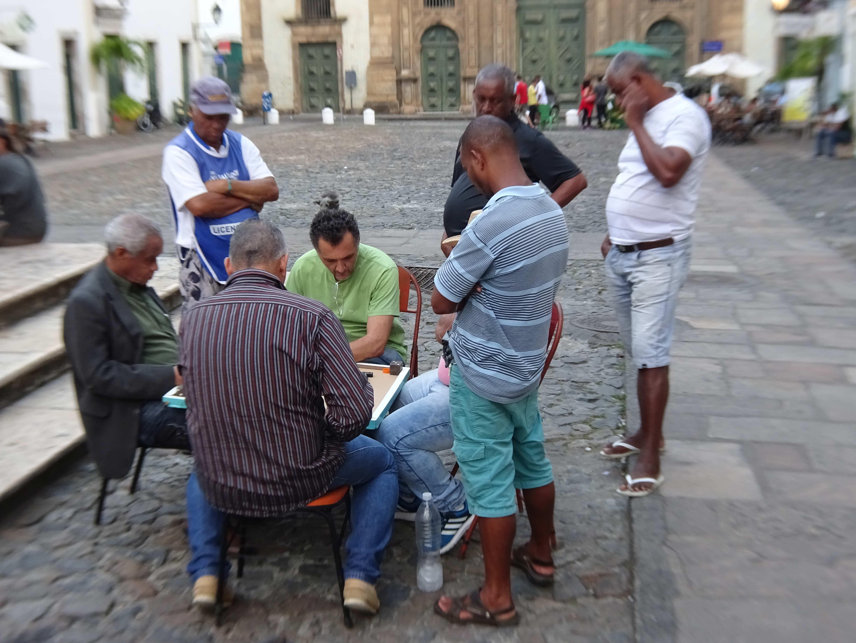 Die älteren Herren erfreuen sich beim Domino...