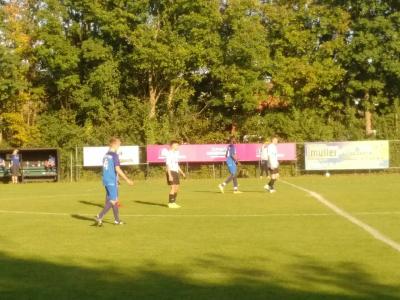 """Und danach groundhopping zu den Spielen unserer Patenkinder. Chris mit dem """"Blauen Wunder"""" in Grasdorf ..."""