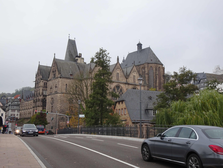 Die Geburtstagsüberraschung ist dann eine Fahrkarte nach Marburg, hier die alte Universität.