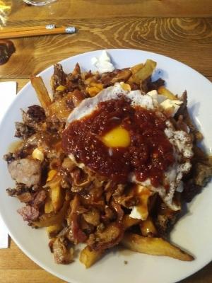 """In Quebec trauen wir uns an das Nationalgericht Poutine ran, im Prinzip Pommes mit Sauce und vielen Beilagen. Dieses Exemplar hört auf den schönen Namen """"hangover cure""""...."""