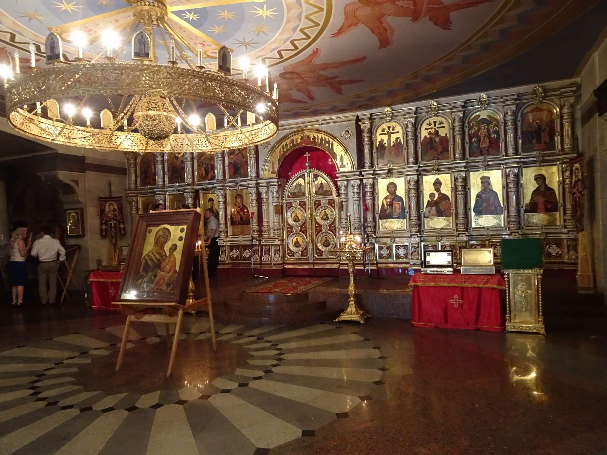 ...wo jetzt die gemeuchelten Romanows als Märtyrer verehrt werden.