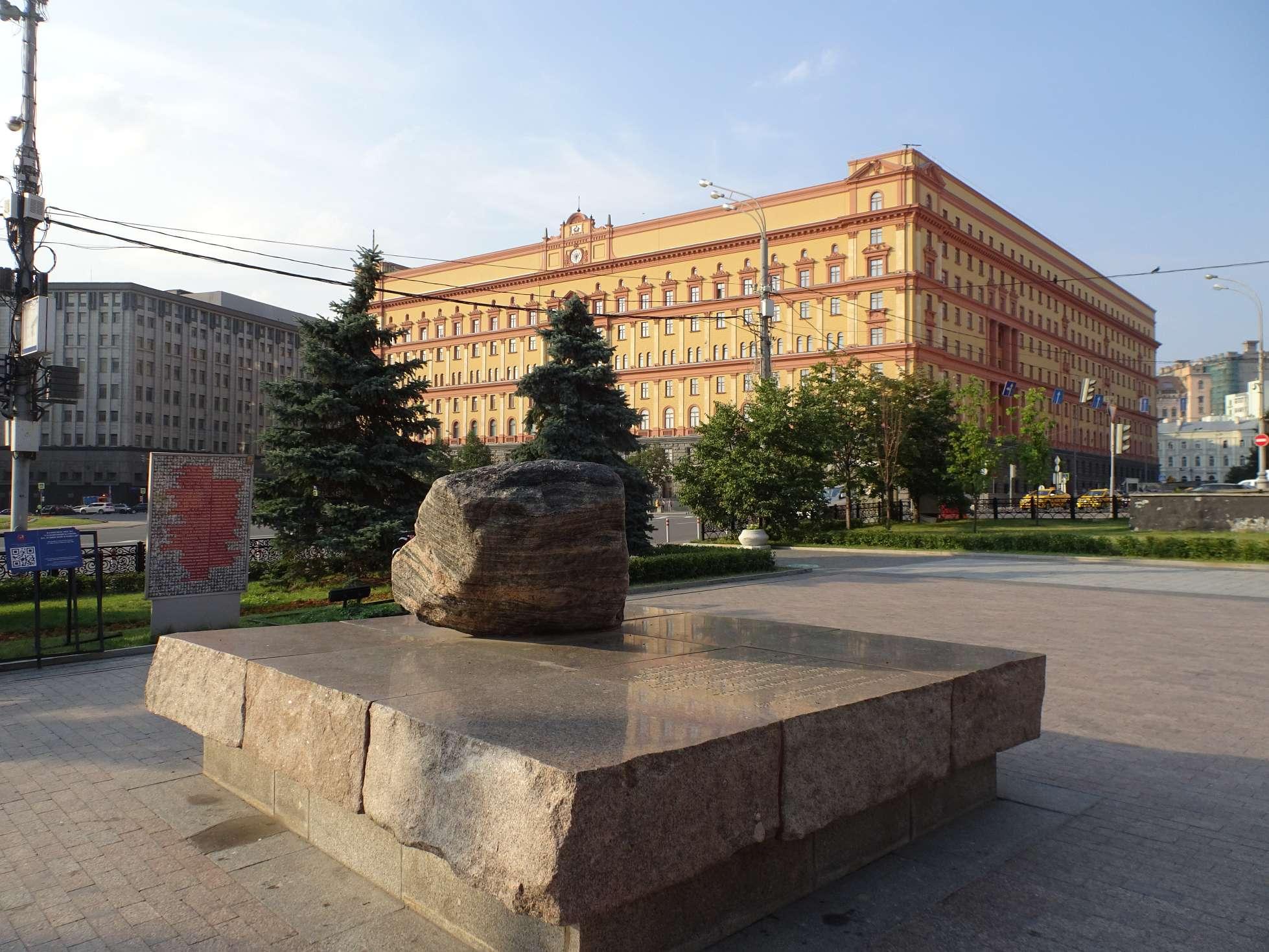 Lubjanka, Sitz des NKWD und des KGB und bis heute vom Geheimdienst genutzt. Davor praktischerweise das Denkmal für deren Opfer.