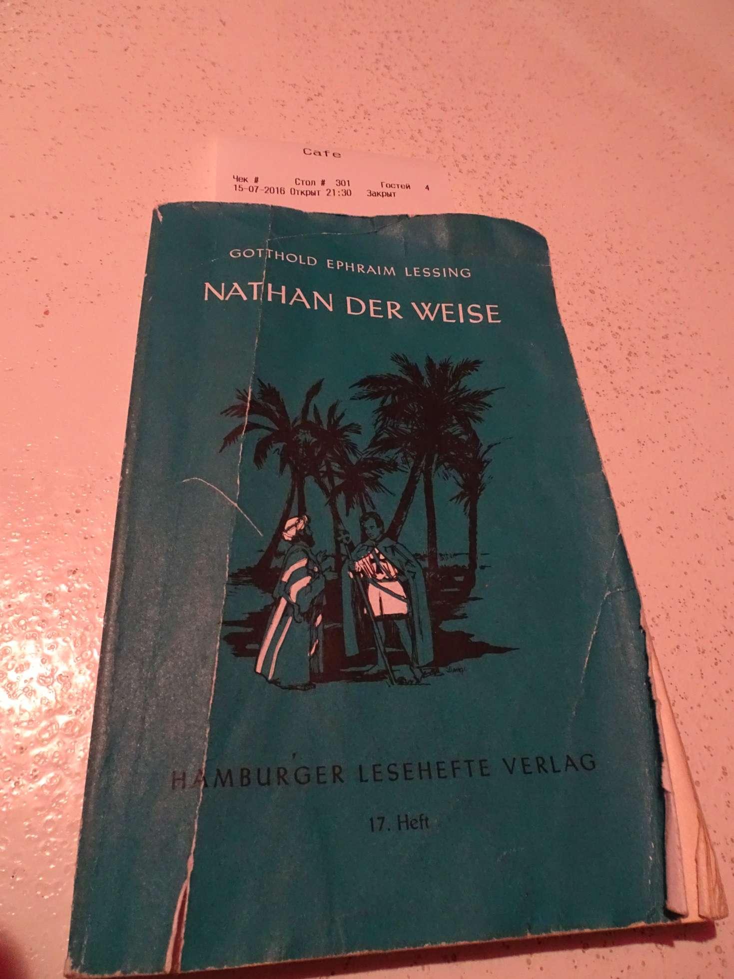 Für deutsche Gäste wird die passende Umverpackung für die Rechnung herausgesucht.