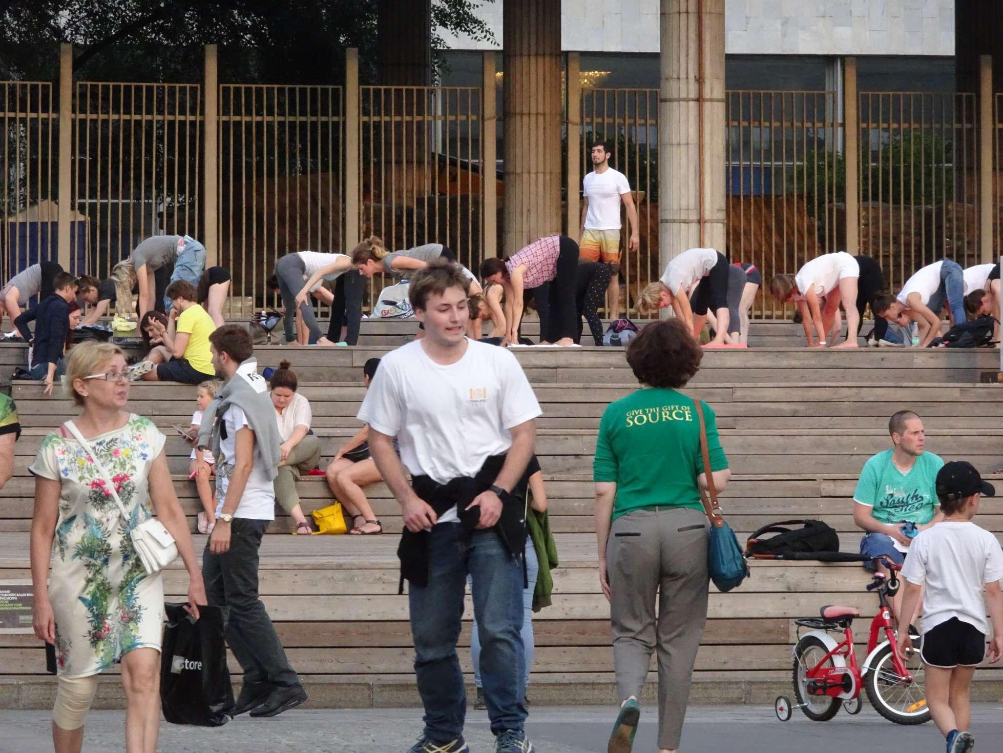 Open-air-Yoga an der neuen Tretjakow-Galerie
