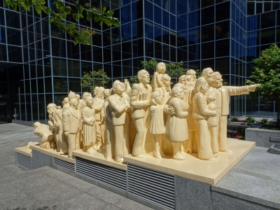 "Die ""illuminated crowd"""